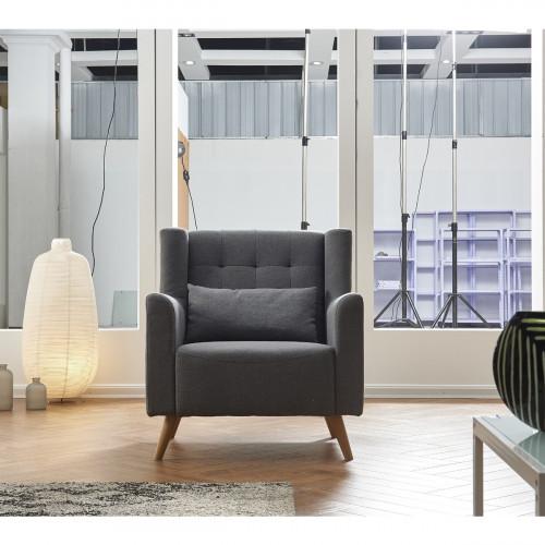 כורסא מעוצבת ונוחה מרופדת בד עם רגלי עץ דגם טומי