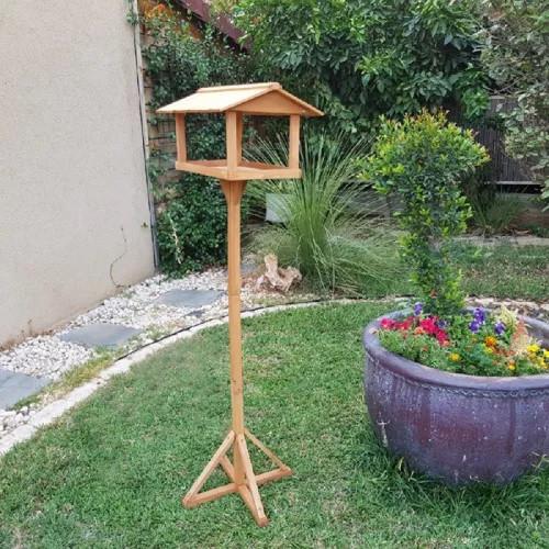 שולחן האכלה על עמוד לציפורים לשימוש בגינה ובמרפסת